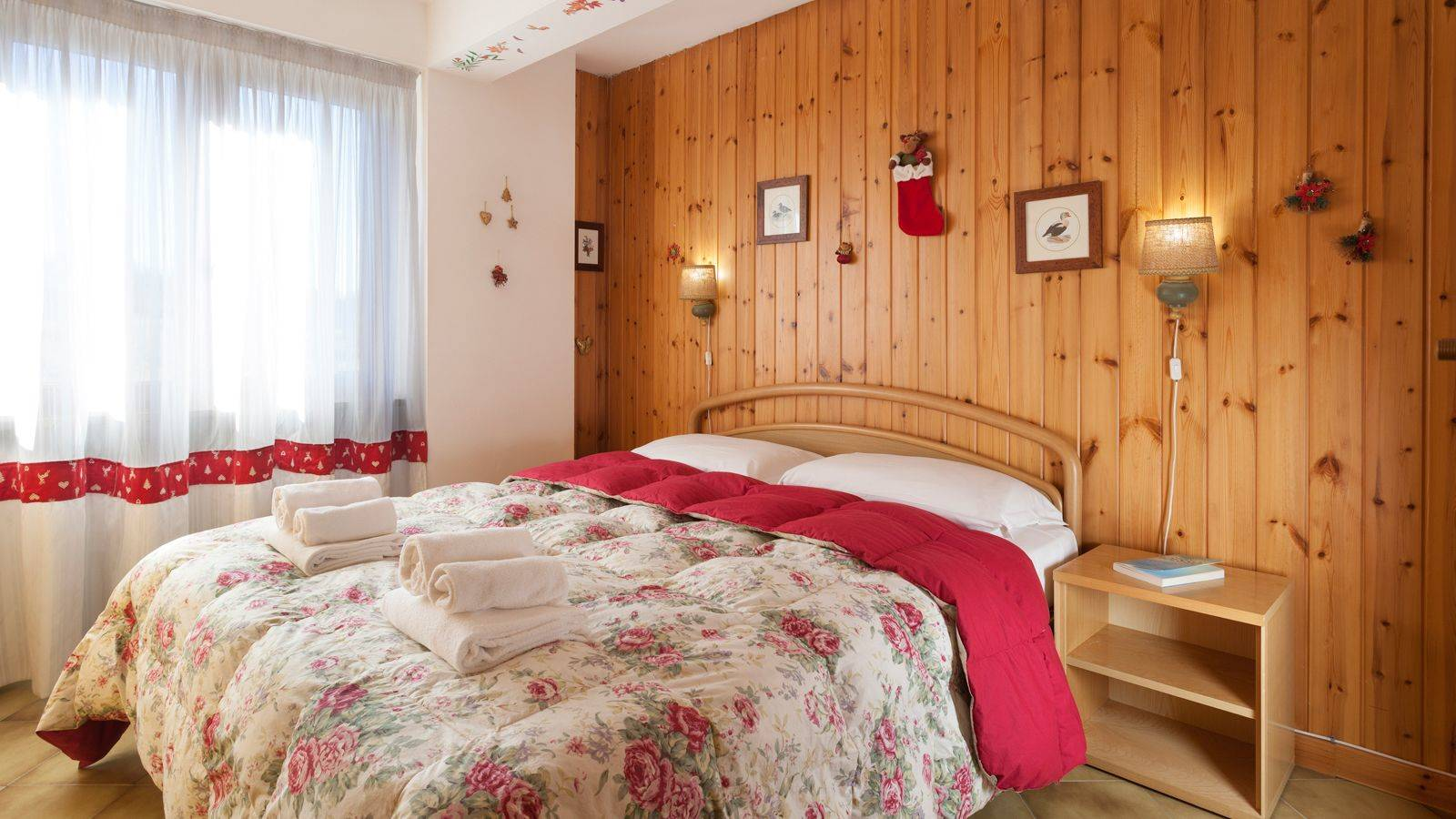 The bedroom of the Residence Rododendro in Passo San Pellegrino